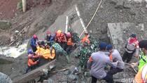 Dramatis! Petugas Evakuasi Wanita Tertimbun Jembatan Ambruk di Purwakarta