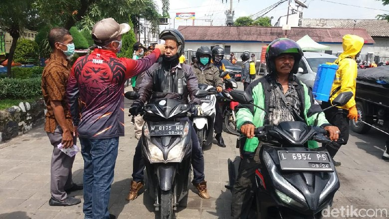 Pemkot Surabaya mulai menerapkan Pembatasan Sosial Berskala Besar (PSBB) untuk menekan penyebaran corona. Namun penerapannya belum serentak di 19 titik.