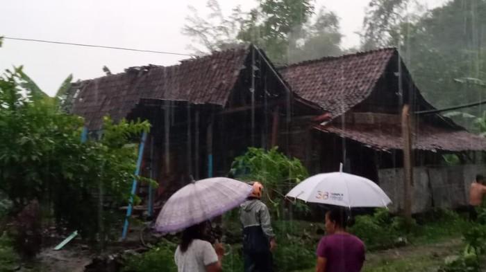 Hujan deras disertai angin kencang melanda dua desa di Kabupaten Madiun. Ada delapan rumah yang rusak dan tiga di antaranya rata dengan tanah.