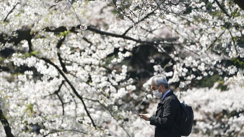 Jepang kian membatasi turis asing setelah kasus virus Corona meningkat. Negeri sakura itu melarang turis dari 33 negara termasuk dari Indonesia.
