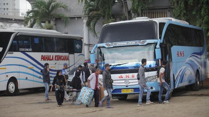 Calon penumpang bersiap menaiki bus AKAP di terminal bayangan Pondok Pinang, Jakarta, Jumat (3/4/2020). Pemerintah mengimbau masyarakat untuk menunda mudik atau pulang kampung pada Lebaran mendatang sebagai salah satu langkah membatasi penyebaran wabah COVID-19. ANTARA FOTO/Reno Esnir/aww.   *** Local Caption ***