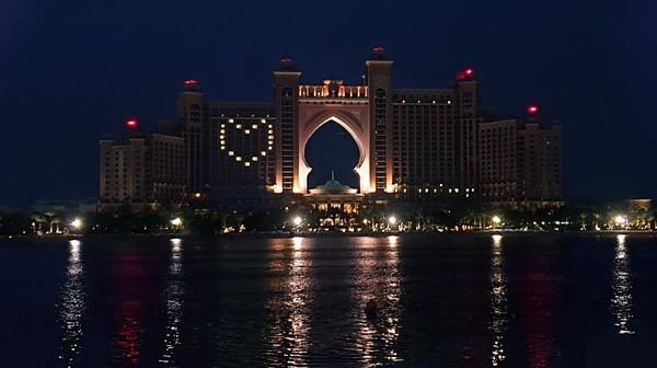 Hotel di Dubai pun juga ikut menunjukkan solidaritasnya dengan cara menyalakan lampu dengan motif hati (dok Dubai Tourism)