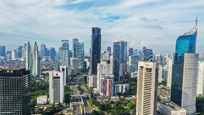 Foto udara suasana gedung bertingkat di kawasan Jalan Jendral Sudirman, Jakarta, Jumat (3/4/2020). Memasuki minggu ketiga imbauan kerja dari rumah atau work from home (WFH), kualitas udara di Jakarta terus membaik seiring dengan minimnya aktivitas di Ibu Kota. Berdasarkan data dari situs pemantauan udara AirVisual.com pada Kamis 3 April pada pukul 12.00 WIB, Jakarta tercatat sebagai kota dengan indeks kualitas udara di angka 55 atau masuk dalam kategori sedang. ANTARA FOTO/Galih Pradipta/pras.