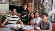 Pria Idaman! Darius Sinathrya Masak Spaghetti Bolognese untuk Keluarganya