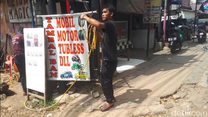 Curhat Tukang Tambal Ban: Gegara Corona, Yang Isi Angin Aja Enggak Ada!