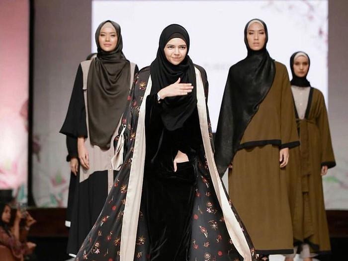Foto desainer Vivi Zubedi ketika menggelar fashion show. Foto: instagram @vivizubedidaily.