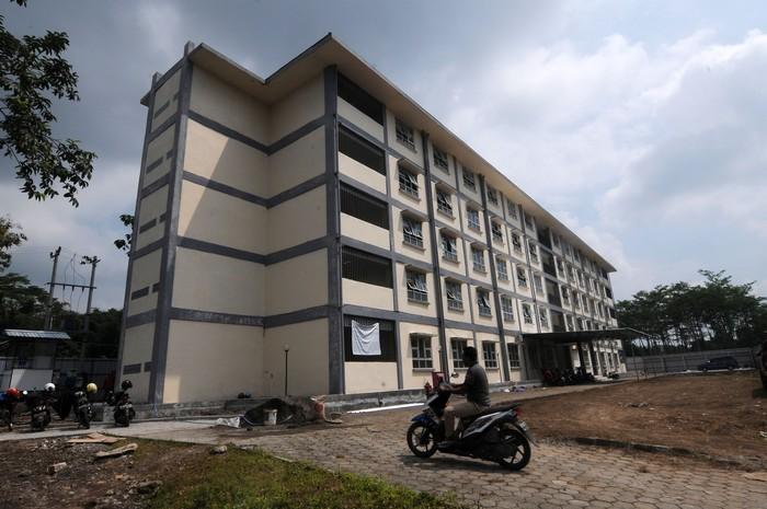 Pekerja beraktivitas memasang fasilitas pada lorong rusunawa di Mojosongo, Boyolali, Jawa Tengah, Kamis (2/3/2020). Pemerintah Kabupaten Boyolali menyiapkan rusunawa tersebut dimanfaatkan sebagai rumah sakit darurat untuk isolasi penanganan pasien dalam pengawasan (PDP) yang terjangkit virus COVID-19. ANTARA FOTO/Aloysius Jarot Nugroho/foc.