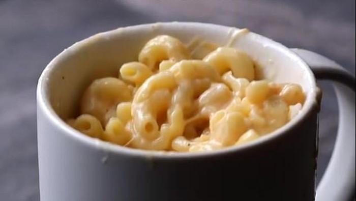 Masak dengan cangkir di microwave