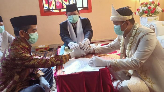 Petugas saat melayani akad nikah di tengah pandemi corona (dok. Istimewa)