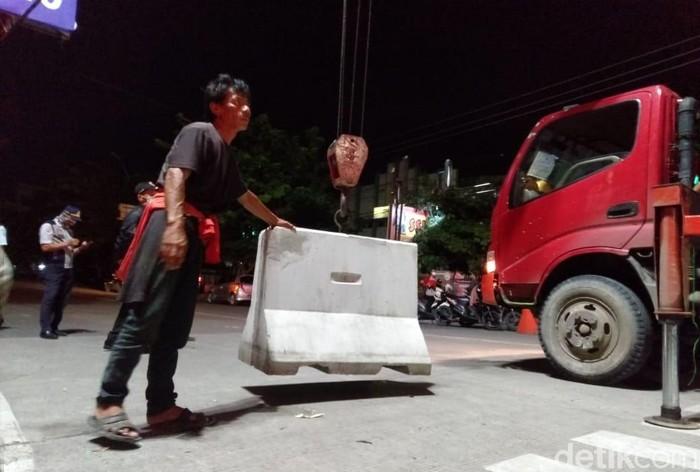 Pemerintah Kota Tegal, Jawa Tengah, membuka blokade movable concrete barrier (MCB)  beton penutup jalan di beberapa ruas jalan, Kamis (2/4/2020) malam.