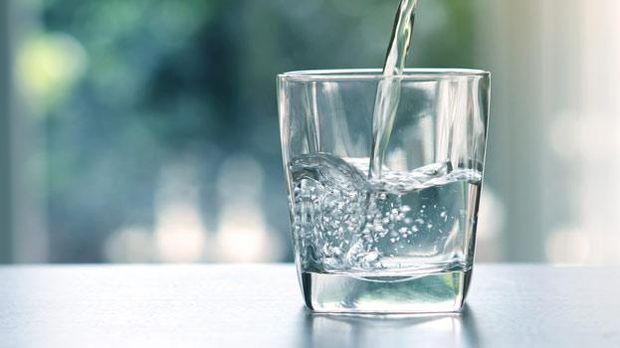 Air putih agar terhindari selama sahur.