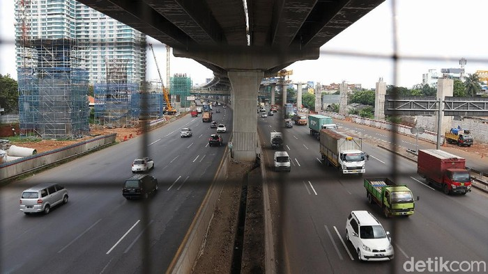Suasana arus lalu lintas ramai lancar di Jalan Tol Jakarta Cikampek KM 12, Kota Bekasi, Jawa Barat, Jumat (3/4/2020).