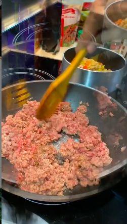 Darius Sinathrya masak spaghetti bolognese