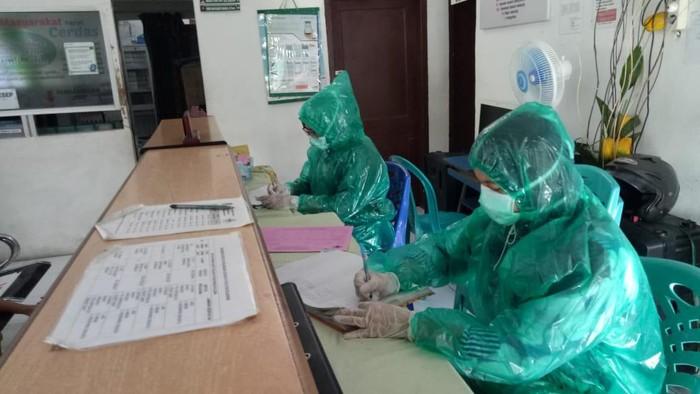 Anggota DPRD Kota Medan mendapat laporan ada petugas puskesmas memakai jas hujan sebagai ganti APD