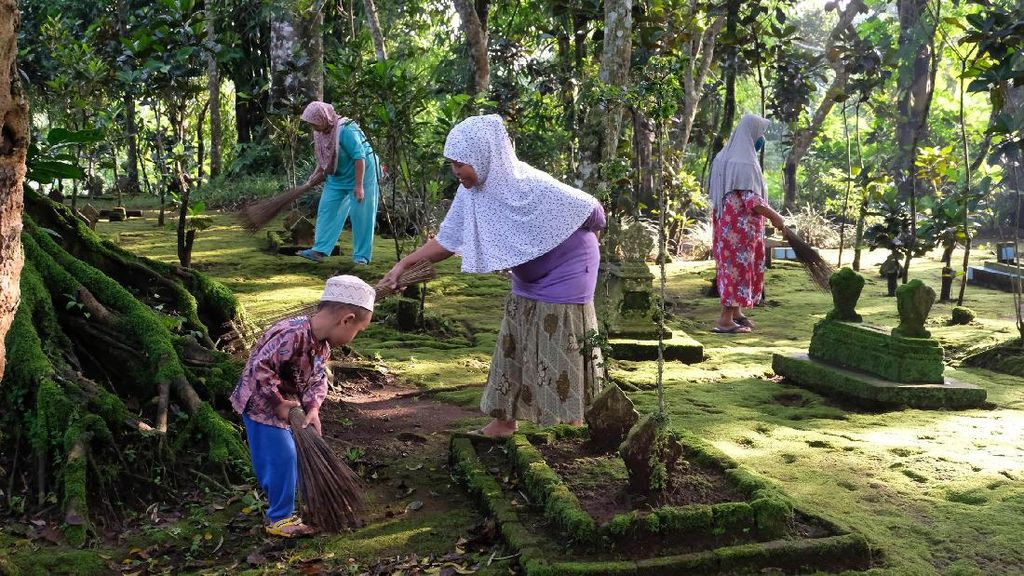 Tadisi Bersih-bersih Makam Jelang Ramadhan