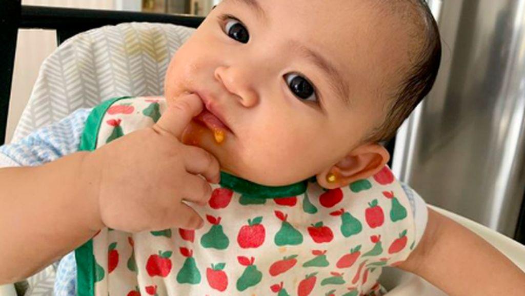 Belum 1 Tahun, Ini Imutnya Thania Onsu Kalau Lagi Makan
