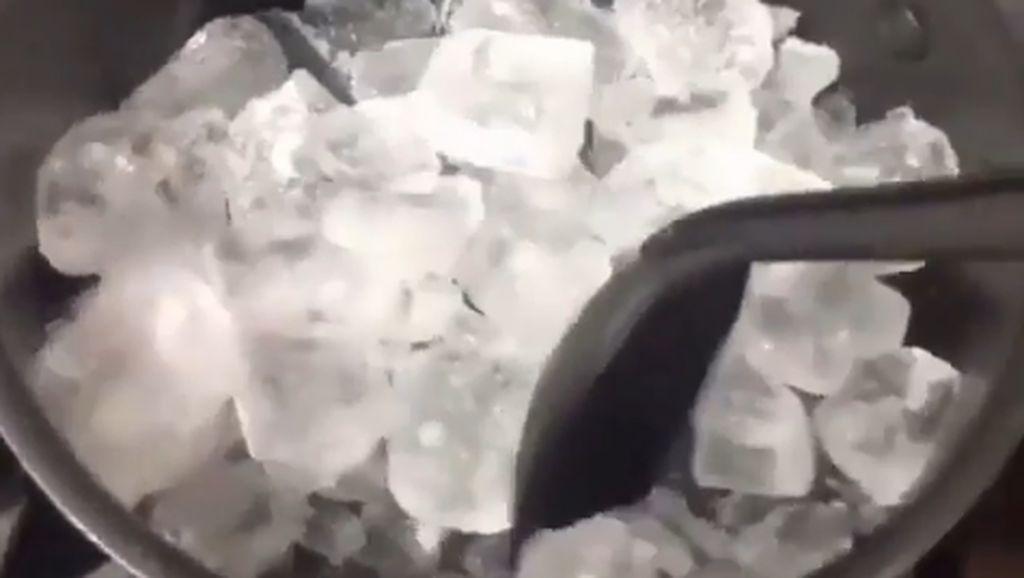 Saking Gabutnya, Netizen Ini Pilih Masak Es Batu