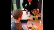 Sweet! Pria Ini Jadi Pelayan Jamuan Makan Anaknya di Rumah