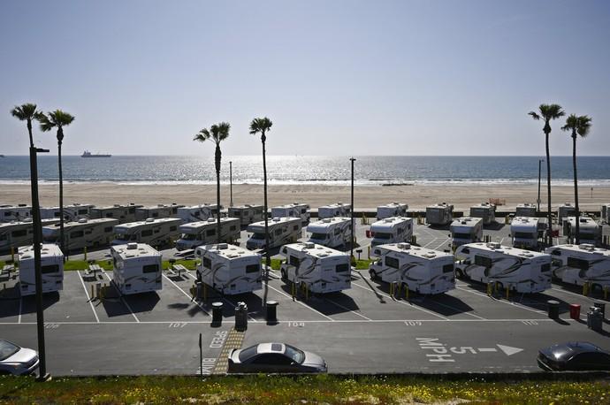 Mobil yang sangat nyaman untuk para traveler ini berubah fungsi menjadi tempat isolasi pasien Corona di California. Mereka bukan lagi liburan lho yah.