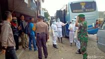Petugas Ber-Hazmat Evakuasi Penumpang Bus yang Meninggal di Kediri
