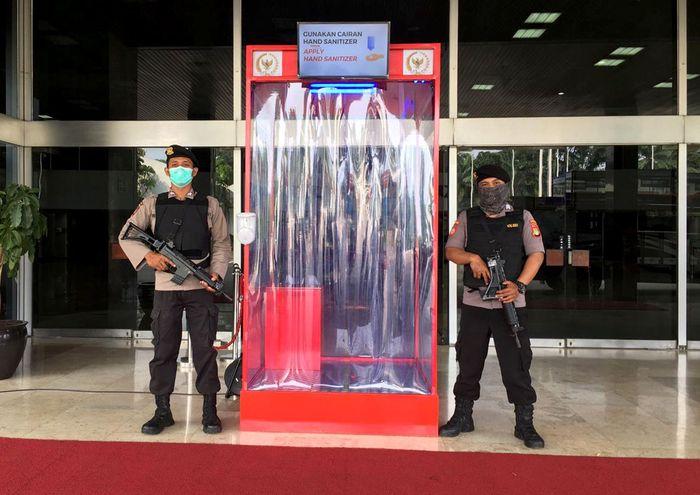Meski sempat diterpa isu miring akan kesehatan yang tak aman, Bilik Disinfektan juga rupanya dipakai oleh beberapa instansi negara loh. Vietnam pun mengklaim bisa mengurangi penyebaran Corona.