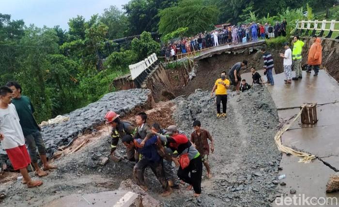 Sebuah jembatan beton beraspal di Desa Cijunti, Kecamatan Campaka, Kabupaten Purwakarta ambruk. Satu orang tewas dalam peristiwa tersebut.