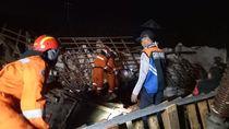 Sebuah Rumah di Surabaya Roboh, 2 Orang Tewas