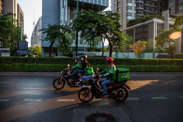 Selama masa karantina, banyak tempat makan dan restoran yang tutup di Thailand. Aplikasi online pun jadi salah satu solusinya. Masyarakat merasa sangat terbantu dengan adanya aplikasi online seperti grab food dan Food Panda.