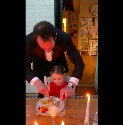 Pria jadi pelayan jamuan makan anaknya di rumah