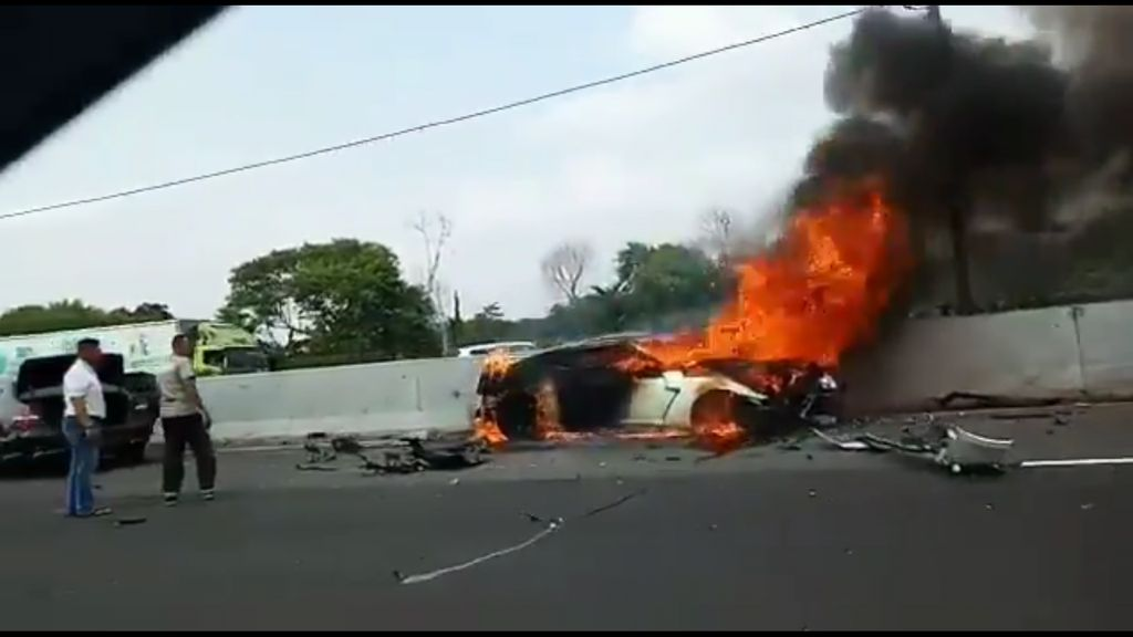Mobil Nissan GT-R Terbakar di Tol Cibubur
