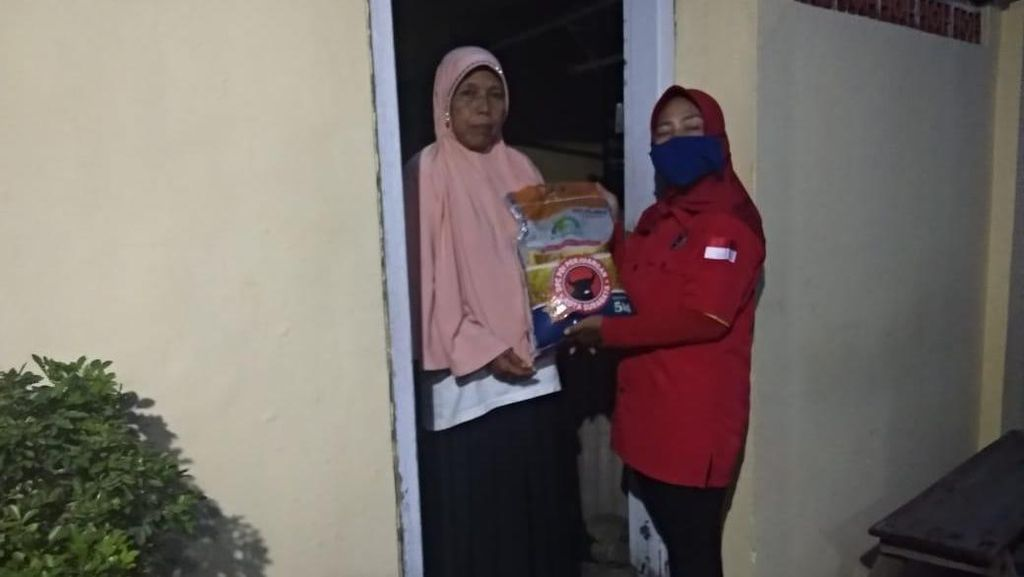 Kader PDIP Surabaya Berikan Bantuan untuk Warga Terdampak Corona