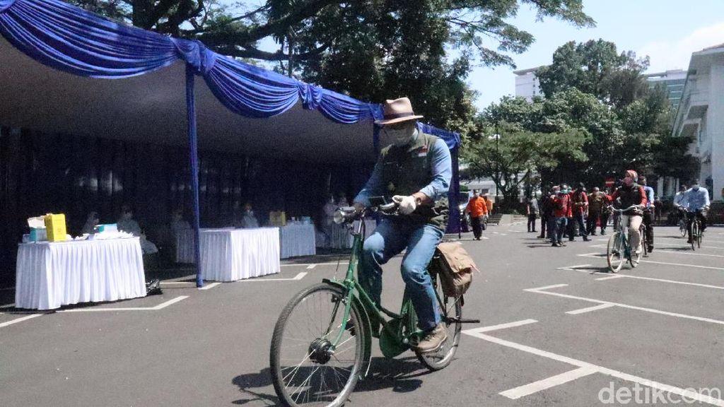 Sambil Gowes, Ridwan Kamil Tinjau Rapid Test di Balai Kota Bandung