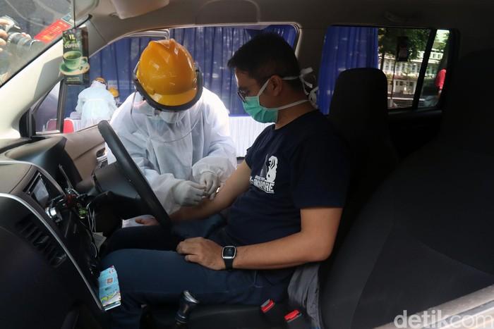 Pemkot Bandung menggelar rapid test COVID-19 di Balai Kota Bandung dan Gedung Sate. Rapid test dilakukan dengan cara drive thru.
