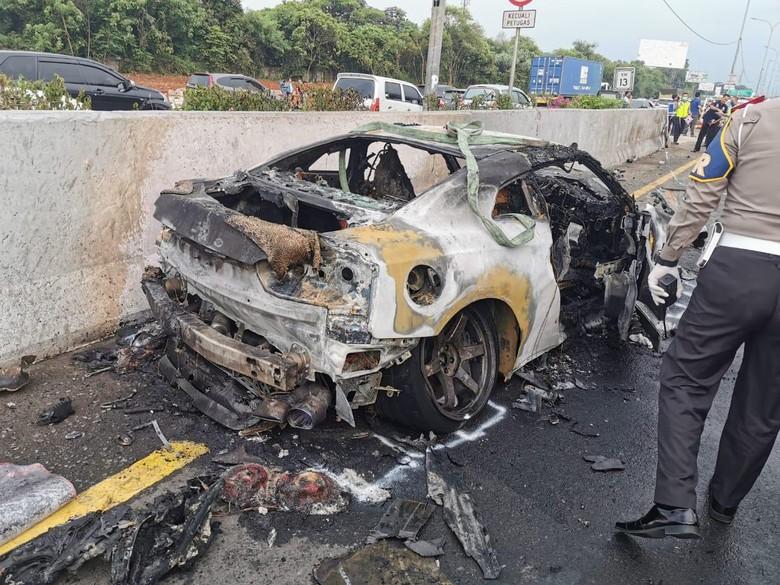 Mobil Nissan GT-R yang dikemudikan Wakil Jaksa Agung Arminsyah terbakar