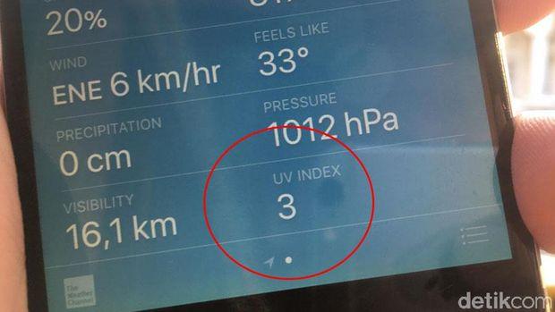 UV Index dalam aplikasi prakiraan cuaca di smartphone.