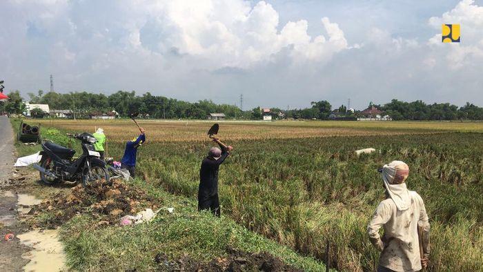 Kementerian Pekerjaan Umum dan Perumahan Rakyat (PUPR) terus mempercepat realisasi Program Padat Karya Tunai (PKT) 2020, salah satunya adalah Program Percepatan Peningkatan Tata Guna Air Irigasi (P3TGAI) yang menjangkau 6.000 lokasi dengan anggaran Rp 1,35 triliun yang dilaksanakan oleh Balai Besar/ Balai Wilayah Sungai Direktorat Jenderal (Ditjen) Sumber Daya Air di seluruh Indonesia.Foto: Dok. Istimewa/Kementerian PUPR