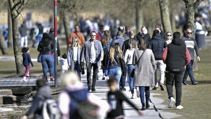 Sejumlah warga Jerman menikmati akhir pekan di Danau Phoenix, Dortmund.  Padahal pemerintah Jerman telah meminta warganya menjaga jarak terkait virus corona.