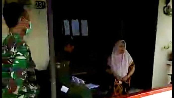 Tangkapan layar video emak-emak di Solo ngomel karena didata untuk karantina