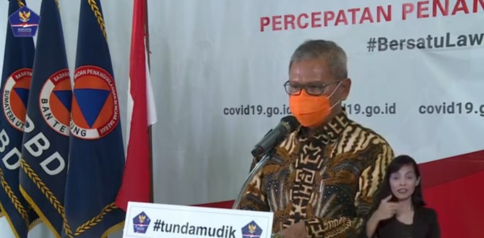 Achmad Yurianto bermasker oranye. (Tangkapan layar YouTube BNPB Indonesia)