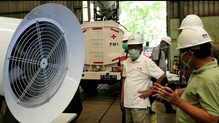 Ketum PMI Jusuf Kalla meninjau proses perakitan armada gunner milik PMI. Armada gunner ini akan digunakan untuk penyemprotan disinfektan terkait virus corona.
