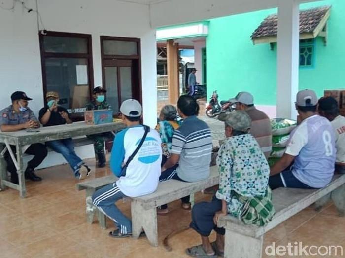 Polisi Banyuwangi membagikan sembako kepada warga Dusun Pancer, Desa Pesanggaran. Itu merupakan bentuk jaring pengamanan sosial dan ekonomi di tengah wabah corona.