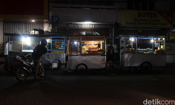 Sejak wabah corona melanda Indonesia, pusat kuliner Pasar Lama di Kota Tangerang, kini sepi. Begini suasana pusat keliner tersebut pada malam minggu kemarin.