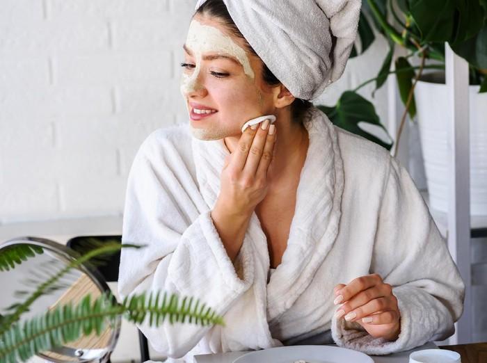 Tips skincare untuk mencerahkan kulit. Foto: Getty Images/iStockphoto/Lordn