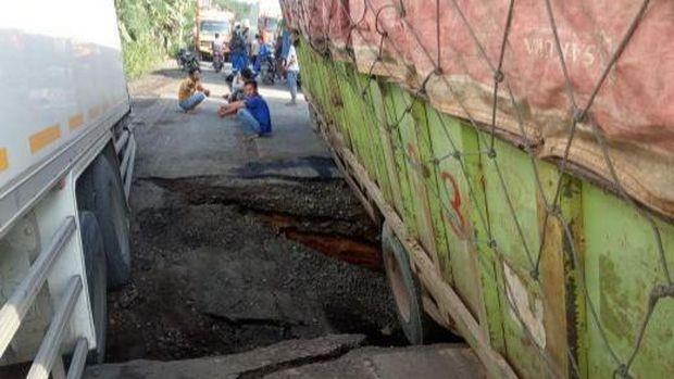 Jalan Rusak di Lintas Sumatera