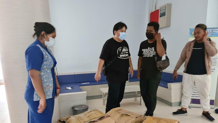 Warga Jambi berikan bantuan alat pelindung diri untuk tenaga medis.