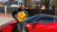 Pose Sama Mobil Ferrari, Lacazette Diingatkan Stay at Home