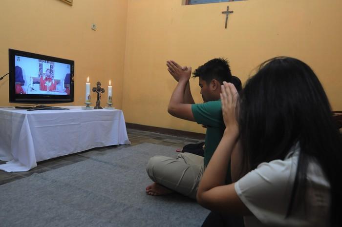 Romo Y.R Edy Purwanto, Pr memimpin Misa Minggu Palma melalui media daring di Sawit, Boyolali, Jawa Tengah, Sabtu (4/4/2020). Meskipun ditengah situasi wabah virus COVID-19, umat Katolik di Indonesia tetap merayakan Minggu Palma dirumah dengan menggunakan media daring. Perayaan tersebut merupakan awal pekan suci umat Katolik sedunia untuk menyambut Paskah. ANTARA FOTO/Aloysius Jarot Nugroho/hp.