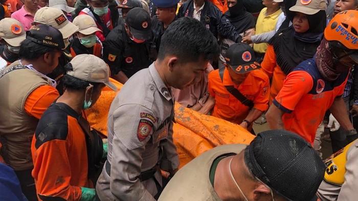 Dua korban tanah longsor di Tanah Datar, Sumbar, ditemukan meninggal dunia.