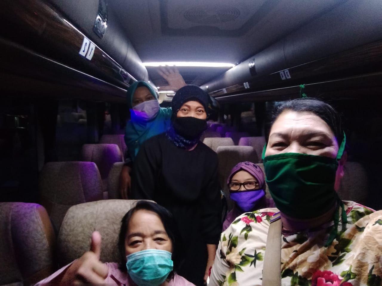 Tenaga medis naik bus dari PELNI.