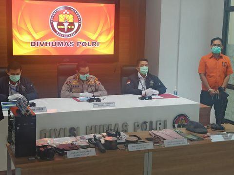 Ali Baharsyah (baju oranye) dihadirkan penyidik dalam konferensi pers